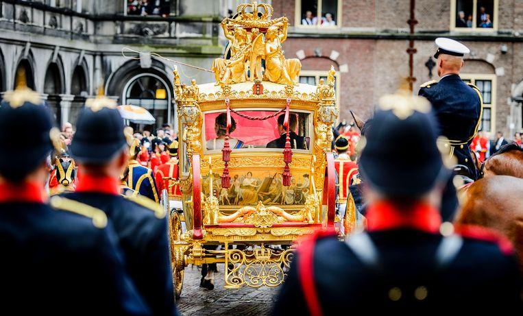 Prinsjesdag 2015: het koninklijk paar verlaat het Binnenhof in de Gouden Koets. Beeld ANP