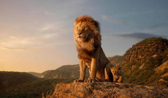 Een still uit 'De Leeuwenkoning', met Mufasa en Simba.