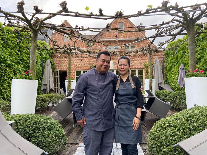 Tom en Palita aan het terras van Laan Thai 2, waar ze vanaf vrijdag klanten ontvangen