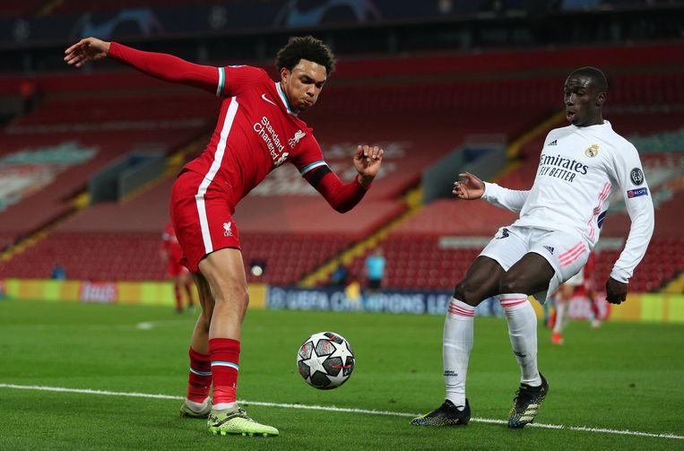 Liverpools Trent Alexander-Arnold (l.) geeft de bal voor, Ferland Mendy van Real Madrid verdedigt. Beeld Photo News