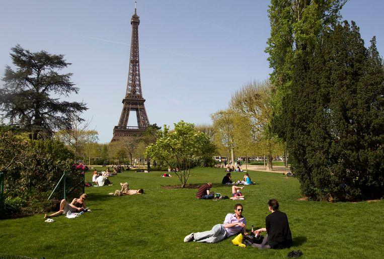 In sommige parken blijven rokers welkom, in andere kan een sigaret opsteken een boete opleveren. Beeld EPA