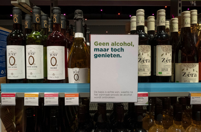 De blauwe strip langs het schap geeft aan: in deze wijn zit geen alcohol.