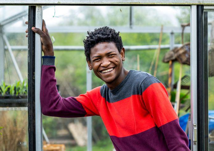 Abdulaal in zijn moestuin en tuinhuisje in Overvecht, waar hij tot rust komt.