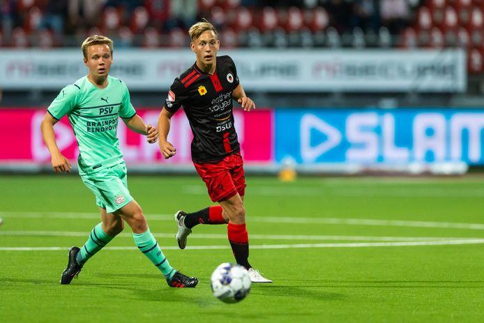 Jong PSV werd in de slotfase nog flink gekraakt door Excelsior en verloor met 3-0. Ook Mathias Kjølø (links) kon dat voor PSV niet voorkomen.