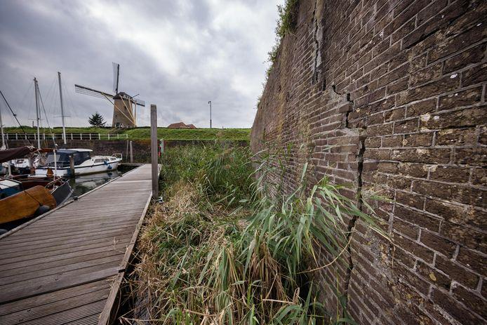 Alsof het door de naam zou komen: in de vestingmuur rond Bastion Groningen zitten fikse scheuren.