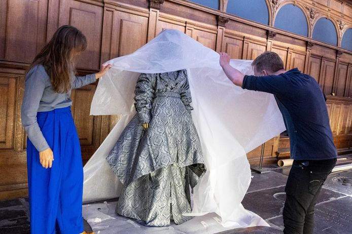 Een ontwerp van Daily Paper wordt uitgepakt tijdens het inrichten van de tentoonstelling Maison Amsterdam in de Nieuwe Kerk.
