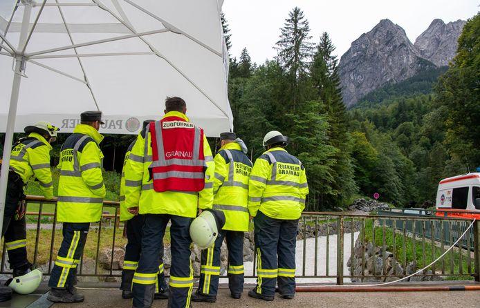Ongeveer honderd reddingswerkers en een helikopter worden ingezet om de onfortuinlijke wandelaars te zoeken.