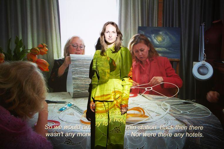 Polina Medvedeva bij haar videoinstallatie in de Rijksakademie in Amsterdam.  Beeld Pauline Niks