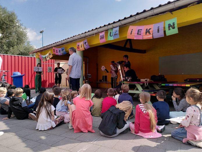 Rochusvrienden en leerlingen van basisschool 't Mierken in Beigem - Grimbergen