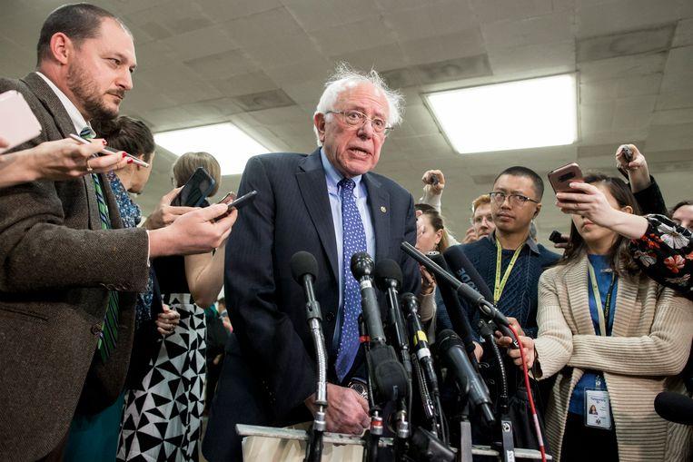 Onafhankelijk Senaatslid Bernie Sanders, die samen met de Republikein Mike Lee en de Democraat Chris Murphy de resolutie indiende, spreekt de pers toe. Beeld EPA