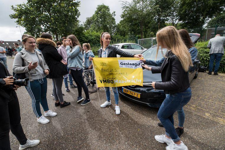 Maastricht 25 juni 2018: Kinderen en ouders protesteren bij de school ivm ongeldig examen. Beeld Harry Heuts