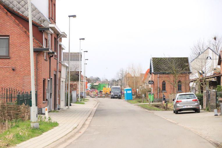 De straat is momenteel onderbroken door werken ter hoogte van het kruispunt met de Melseledijk.