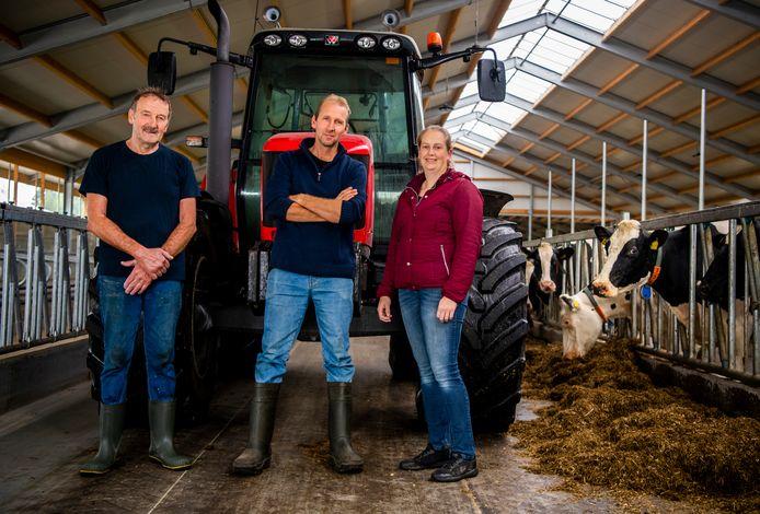 Floor de Jong met vader Leen en vrouw Evelyn.