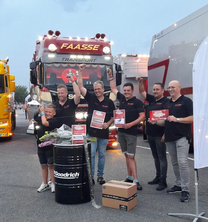 Team Faasse Transport voor de Scania. Vlnr Geoffrey Vermeulen, Richard Klaasse, Wilco Dekker, Wimjan Faasse en Gerrit van der Waal. Zoon Jurre Vermeulen houdt trots de beker omhoog voor de derde plek in de 'schoonheidswedstrijd' voor trucks.