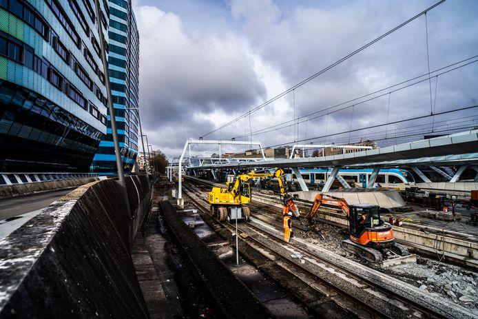 Werkzaamheden bij perron 1 van station Arnhem Centraal.