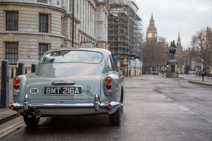 De Aston Martin DB5 rijdt door Londen, in Goldfinger