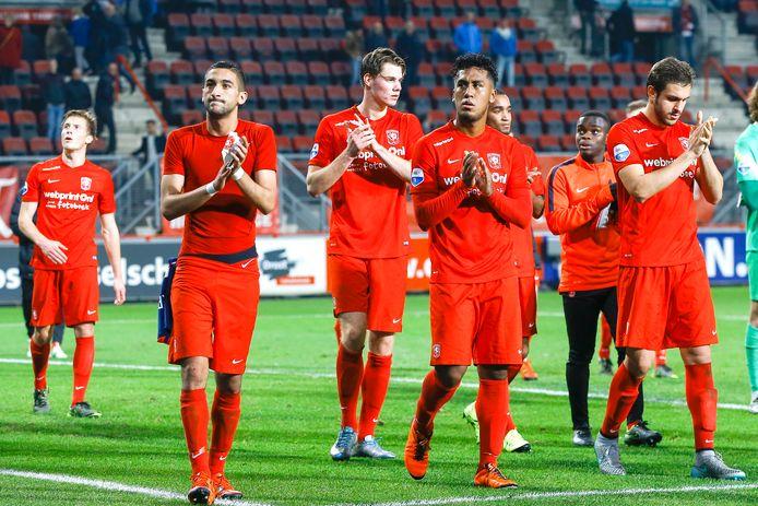 De spelers van FC Twente bedanken het publiek na de 0-5 nederlaag tegen PSV op 4 april 2015.