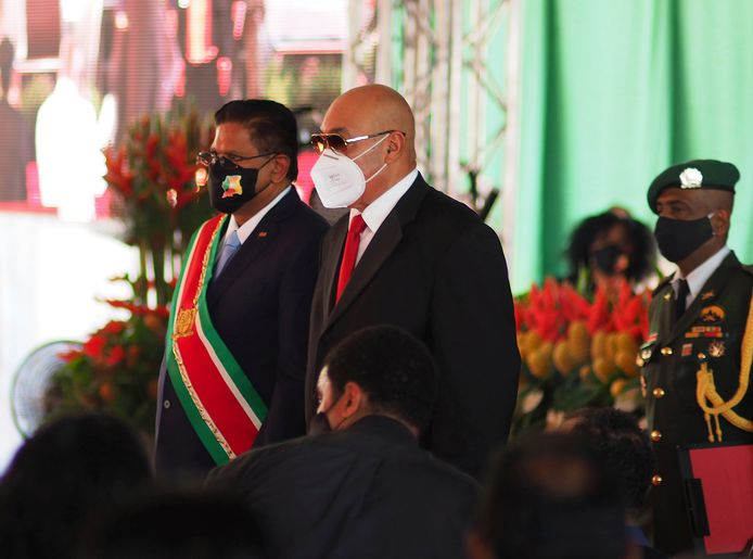 De nieuwe president Santokhi (links) met oud-president Bouterse (rechts).