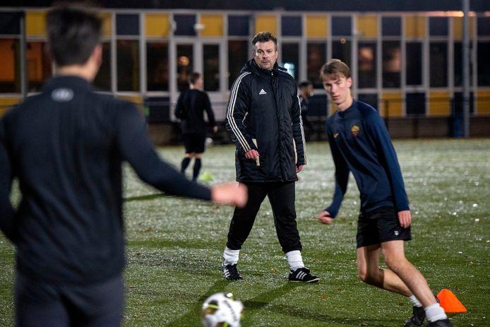 Een geconcentreerde blik bij trainer Martijn van de Hel tijdens de training van VVO.