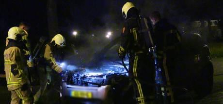 Geparkeerde auto volledig verwoest door brand in Enschede