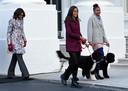 Michelle Obama en haar dochters Malia (m) met Bo en Sasha met Sunny in november 2014.