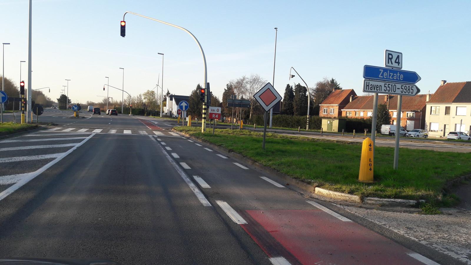 De afslag Zelzate, komende vanaf de Tractaatweg uit de richting Terneuzen, met rechtdoor de R4 naar Gent.