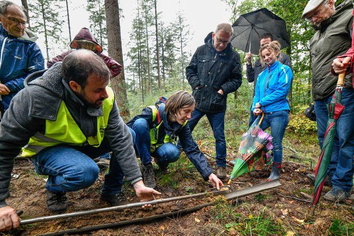 Archeologen Quentin Bourgeois en Eva Kaptijn leggen de boorresultaten in een goot, om te zien hoe de bodem er uit ziet. Het gebeurt bij een mogelijke grafheuvel in de bossen bij Drie in Ermelo. Publiek mag toekijken en mee speuren tijdens de Nationale Archeologiedagen.