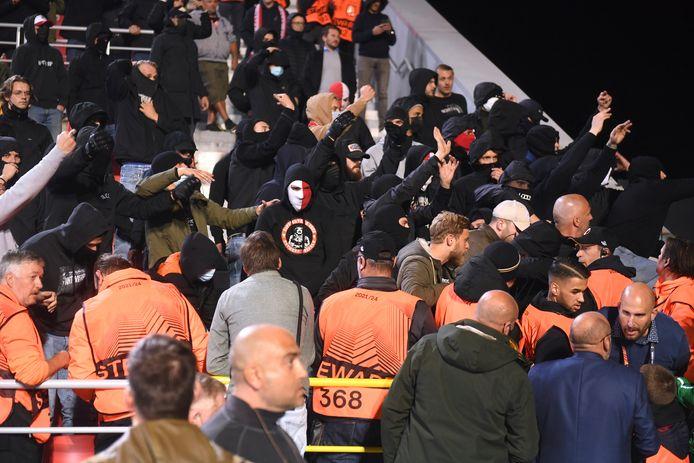 Leden van de harde kern van Antwerp probeerden tijdens de match tot in het bezoekende vak van Frankfurt te geraken.