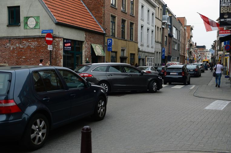 Aan het kruispunt van de Tiensestraat met de Burgemeesterstraat, die nu eenrichting is geworden, ontstaan nu regelmatig files.