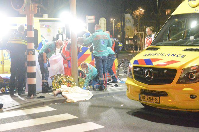 Een scooterrijder is vrijdagavond bij een aanrijding met een auto zwaargewond geraakt.
