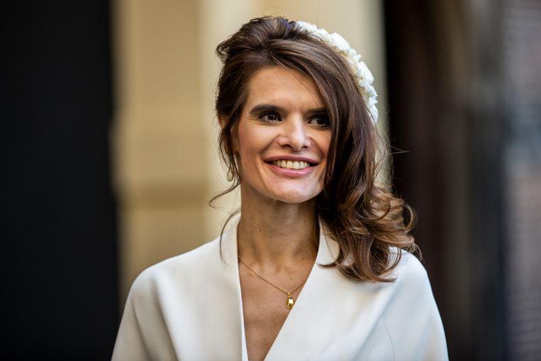 Demissionair minister Barbara Visser van Infrastructuur en Waterstaat (VVD) draagt een chic wit hoofddeksel. Beeld Hollandse Hoogte /  ANP
