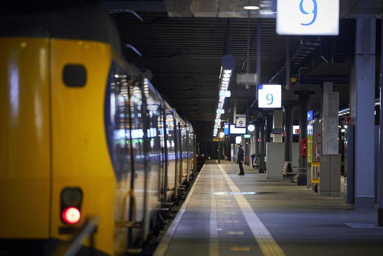 Een bijna leeg perron op het Centraal Station van Den Haag. Ondanks de crisis houden alle NS'ers de komende jaren hun werk bij het spoor. Beeld ANP