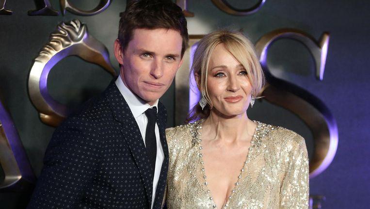 Acteur Eddie Redmayne (L) en schrijfster J.K. Rowling bij de Europese première van de film Fantastic Beasts and Where to Find Them