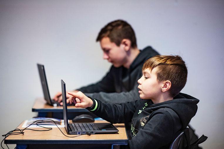 In groep 8 van de Tamarinde in Zaandam zit Yasin (op de voorgrond) achter zijn laptop. Beeld Guus Dubbelman / de Volkskrant