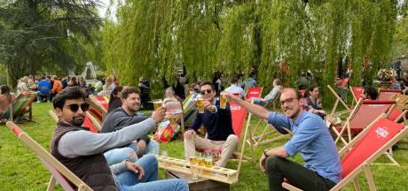 """Openingsdag van zomerbar Gazon in 50 seconden uitverkocht: """"De gasten konden niet wachten om de nieuwe vuurput en barbecuetent uit te proberen"""""""