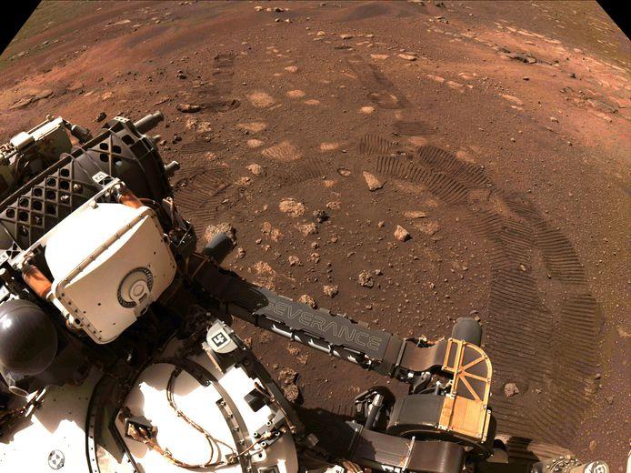 De Marsverkenner Perseverance tijdens een van de onderzoeken op de Rode planeet.
