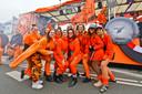 Oranje dames tijdens de Helmondse optocht van 2020.