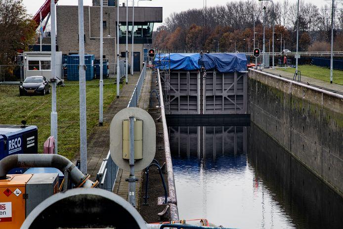 Eind 2020 werd het benedenhoofd van de sluis in Helmond al voorzien van nieuwe deuren.