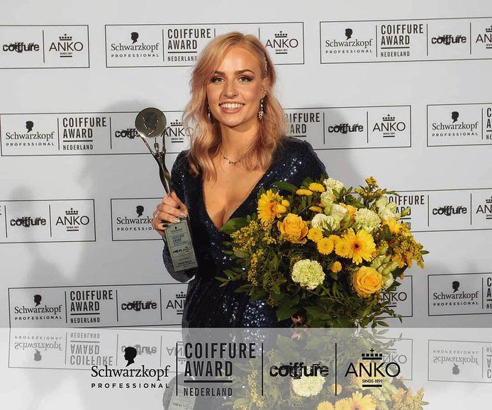 """Charèll Bosch met award en bloemen: """"Ik kan het nog niet geloven""""."""