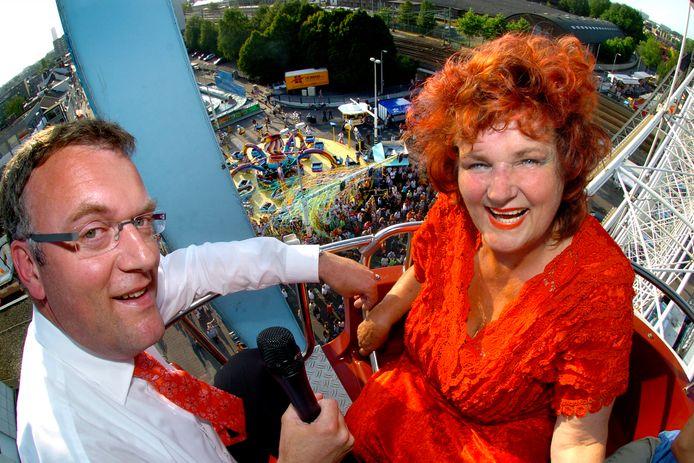 Hans Janssen als kermiswethouder samen met Imca Marina in het reuzenrad.
