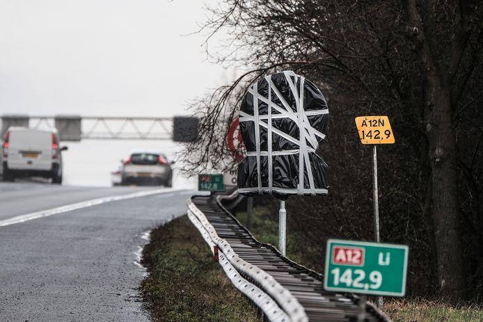 Een 100-kilometerbord langs de A12.