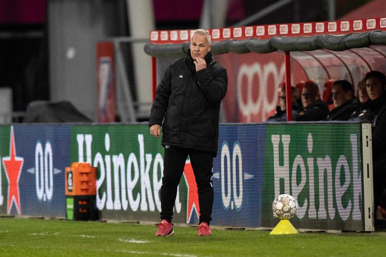 Gery Vink tijdens FC Utrecht - Willem II, waarin hij de zieke Zeljko Petrovic verving als hoofdcoach van de Tilburgers.