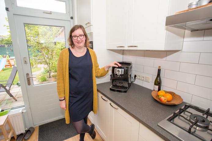 Inge Matthes met haar kapotte koffiezetapparaat.