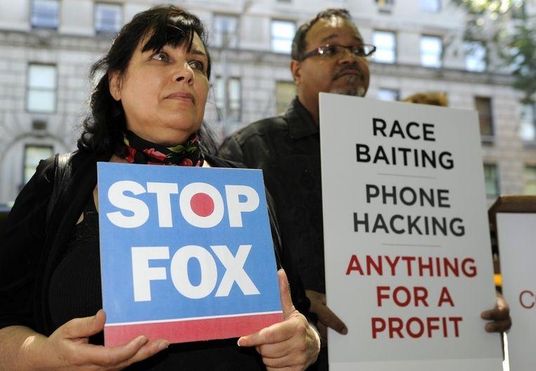Demonstranten riepen vandaag voor het kantoor van News Corp. in New York op tot een onderzoek naar de media van Rupert Murdoch in de VS. Beeld afp