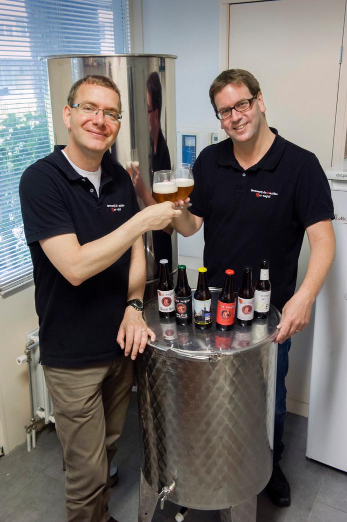 Brouwmeesters Rik Schuurmans (links) en Johannes Janssen van Brouwerij de Markies in hun brouwerij aan de Onderwijsboulevard