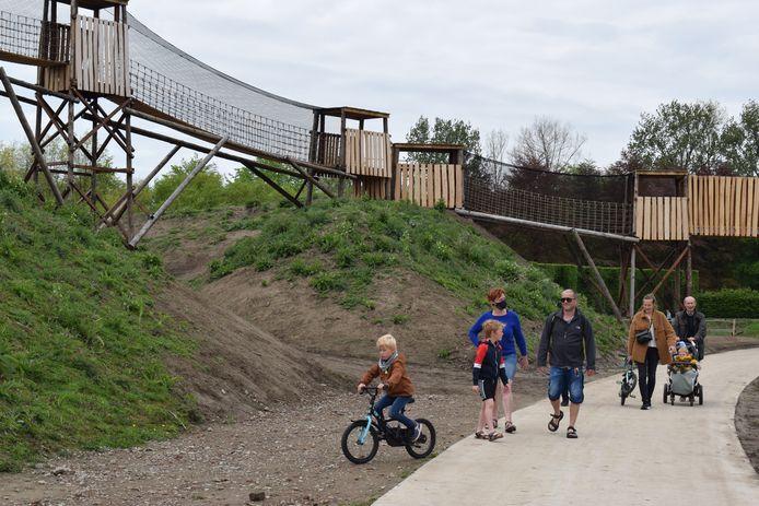 Met de opening van een gigantische hangbrug is de aanleg van het nieuwe landschapspark in het provinciaal domein van Puyenbroeck eindelijk afgerond.