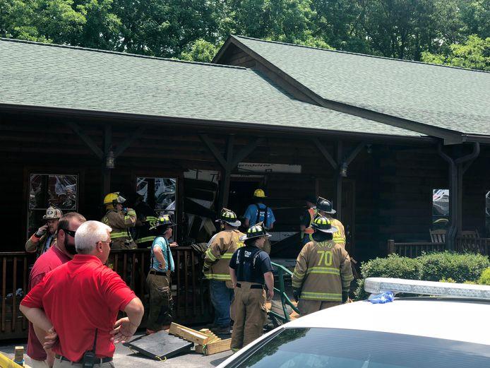 Hulpverleners bij het restaurant waar een 62-jarige man met zijn SUV naar binnen is gereden.