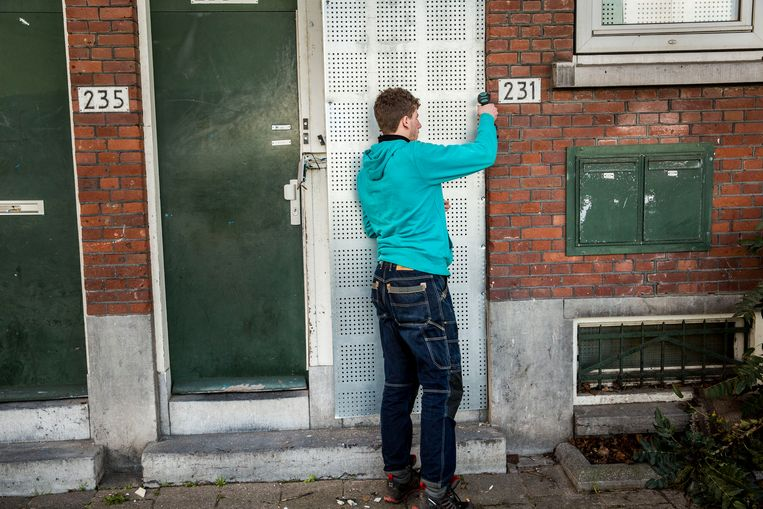 Een buurtbeheerder van een woningcorporatie aan het werk in Rotterdam. Op buurtniveau moet de huisvesting van kwetsbare groepen gestalte vinden, zegt Martin van Rijn, en corporaties kunnen dat niet alleen. Beeld Arie Kievit