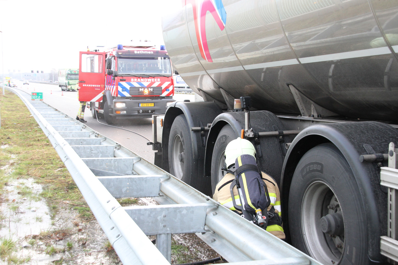 Een vrachtwagen langs de A1 bij Deventer vatte zaterdagochtend vlam.