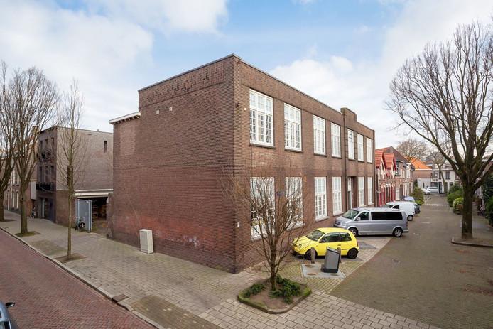 Het voormalige buurthuis De Bergen aan de Oranjestraat 1 staat te koop. De gemeente Eindhoven wil meewerken om hier woningbouw in te vestigen.